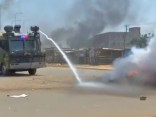 Kenijas policija ar asaru gāzi izdzenā prezidenta amata kandidāta Raila Odingas atbalstītājus