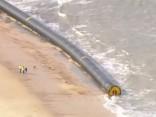 Lielbritānijas krastos izskalo milzu caurules