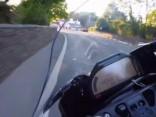 Viens zibenīgi ātrs aplis ar BMW HP4 Race Menas salā