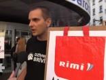 """Biedrība """"Dzīvnieku brīvība"""" piketos aicina RIMI pārtraukt tirgot sprostos dētas olas"""