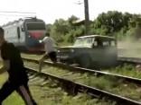 Auto uzkaras uz vilciena sliedēm