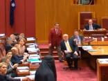 Austrālijas galēji labējo līdere parlamentā ierodas parandžā