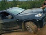 Trose neiztur un BMW X6 noripo no kalna