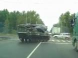 Tikmēr Krievijā: tanks uz šosejas taranē vieglo auto