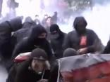 Parīzes policija lieto asaru gāzi pret demonstrantiem