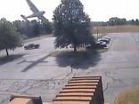 ASV lidmašīna ietriecas kokā