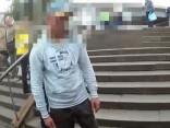 Vīrietis transporta pieturā apzog iemigušu puisi un operatīvi tiek aizturēts