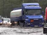 Lietus dēļ applūst vairākas Rīgas ielas