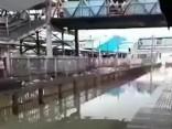 Indijā vilciens iebrauc stacijā ar milzu ūdens šalti