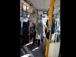 19. trolejbusā «zeki» sakaujas un iekrīt bērnu ratiņos