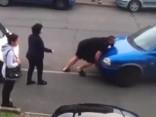 Sievietei nobloķēts auto, tādēļ talkā nāk spēkavīrs
