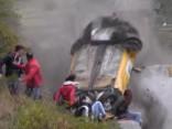 Ralljia Renault Clio dramatiskais lidojums pāri skatītājiem
