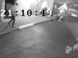 Meklē divus jauniešus - nofilmēta somiņas zādzība Dreiliņos