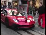 Jaunietis tīšām lēkā pa reto Lamborghini Aventador SV