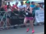 Танцовщица пробежала на каблуках 42 километра за рекордное время
