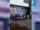 Uzbrucējs iepirkšanās centrā Polijā sadūris astoņus cilvēkus
