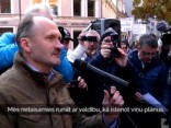 Simtiem cilvēku piketē pret izglītību tikai latviešu valodā