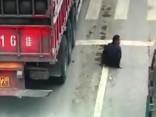 Motorollera vadītājs brīnumainā kārtā paliek dzīvs pēc pakļūšanas zem kravas auto