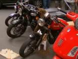 Daba ienāk pilsētā: Sidnejā bišu spiets okupē motociklu