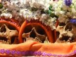Tradīcija Bolīvijā: senču galvaskausus rotā ar ziediem, mutē ieliek cigareti