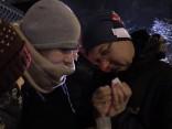Noskaties: cilvēki iededz svecītes krastmalā pie Svecīšu sienas