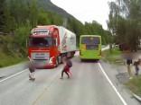 Kravas auto vadītāja reakcija glābj puiku no drošas nāves