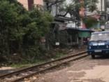 Vilciens sadragā pie sliedēm novietotu auto