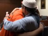 ASV tēvs tiesā apskauj saistībā ar dēla slepkavību notiesātu vīrieti un piedod viņam