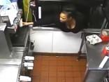 Izbadējusies amerikāniete caur lodziņu aplaupa «McDonald's» ēstuvi