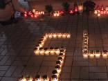 Noskaties: Aptuveni 100 cilvēki noliek ziedus Zolitūdes traģēdijas upuru piemiņai
