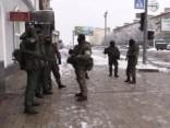 «Zaļie cilvēciņi» un militārā tehnika uz ielām: kas notiek Luhanskā?