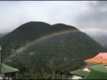 Taivānas debesis deviņas stundas rotājusi varavīksne