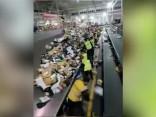 Sociālo tīklu video: kā ar paciņām mēdz apieties pasta šķirotāji Ķīnā