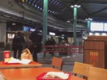 Shipholas lidostā policija sašāvusi ar nazi bruņotu vīrieti