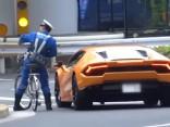 Japāņu policists uz velosipēda panāk Lamborghini un soda tā vadītāju
