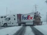 Amerikā vilciens uz pārbrauktuves pāršķeļ kravas auto piekabi
