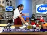Jānis Kairis gatavo baltās šokolādes-krēmsiera ruleti ar brūklenēm un marcipānu
