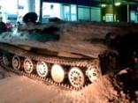 «Garlaikots» vīrietis Krievijā nozog bruņutransportieri un ietriecas veikalā