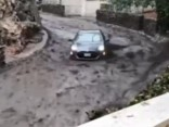 Noskaties: Kalifornijā dubļu straume aiznes automašīnu