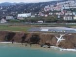 Turcijā pasažieru lidmašīna noskrien no skrejceļa un iestrēgst dubļos pie Melnās jūras