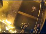 Dramatisks video: ASV ugunsdzēsējs noķer no degošas mājas izsviestu bērnu