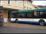 Vācijā skolas autobuss ietriecas ēkas sienā