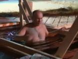 Putins iesvētās ledusaukstā ezera ūdenī