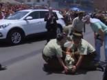 Noskaties: «Pāvestmobilis» iztramda Čīles policijas zirgu