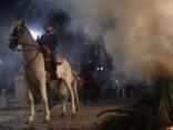 Tradīcija vai nežēlība? Spānijā zirgus «šķīsta» ugunī