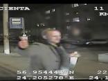 Aizdomās par miesas bojājumu nodarīšanu NMPD darbiniekam tiek meklēts video redzamais vīrietis