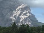 No Filipīnu vulkāna izsviests milzīgs pelnu mākonis