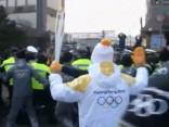 Džekijs Čans, ārvalstu amatpersonas un protesti. Pirmā diena Phjončhanā