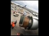 """Pasažiera video no """"United Airlines"""" reisa, kam pēc motora pārsega nokrišanas nācās veikt ārkārtas nolaišanos"""