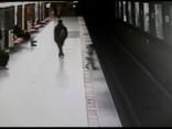 Varonīgs pusaudzis izglābj uz metro sliedēm nokritušu bērnu